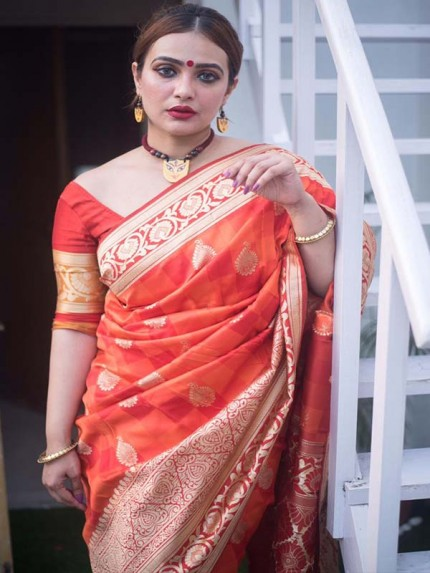 Red  Colour Banarasi Silk Weaving Saree with Fabulous Checks Weaes All over Contrast Border and Exclusive Pallu